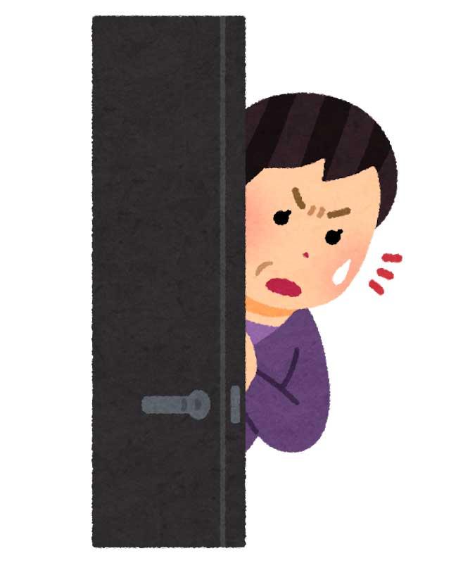 扉から覗く女性